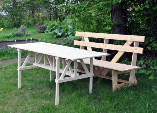 Gartenbank und -tisch